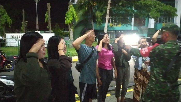 Warga yang terciduk karena tidak memakai masker dihukum membaca Pancasila dan Syahadat serta menyanyikan lagu Indonesia Raya.