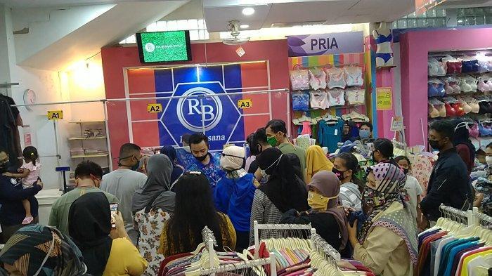 Tutup Bagian Depan Toko untuk Kelabui Petugas saat PSBB, Ini Modus Toko Baju di Indramayu