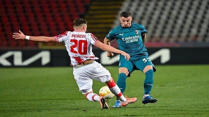 Gelandang Red Star Njegos Petrovic (kiri) bertarung memperebutkan bola dengan gelandang AC Milan Rade Krunic pada pertandingan babak 32 besar Liga Europa UEFA di Stadion Rajko Mitic di Beograd, Jumat (19/2/2021) dini hari WIB.