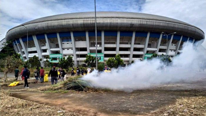 Stadion GBLA Kini Terlihat Menawan, Ratusan Relawan Gotong Royong Bersihkan Rumput dan Sampah
