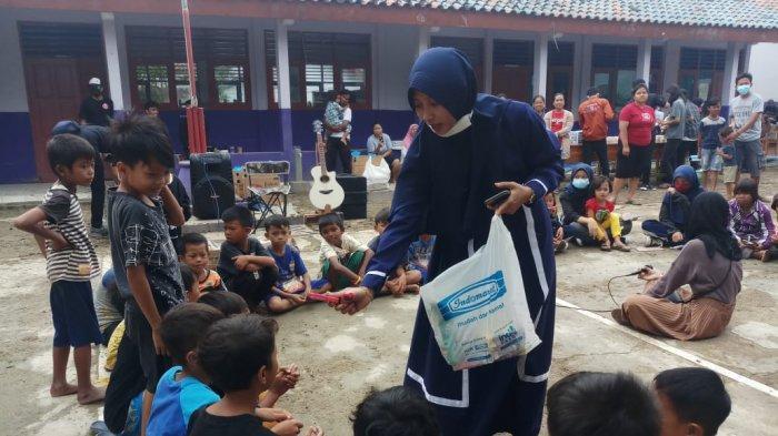 Puluhan Anak Muda Indramayu Jadi Relawan, Kembalikan Senyum Korban Banjir dengan Trauma Healing