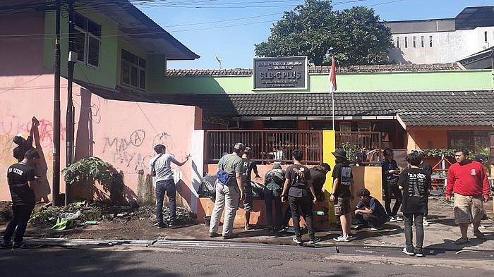 Relawan Warna Ganti Coretan Identik Paham Anarko di Pagar Sekolah dengan Mural yang Ramah Siswa