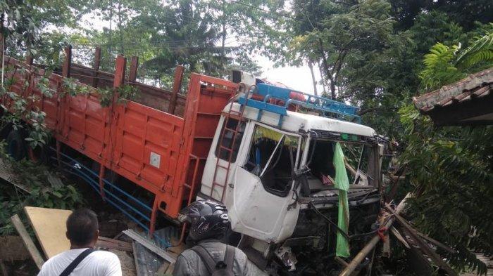 Tak Terkendali, Truk Fuso Tabrak Warung dan Mobil di Citatah Bandung Barat, Ini Kronologinya