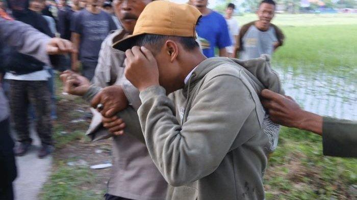 Dua Remaja Cianjur Bikin Resah, Hunus Samurai di Jalanan, Tak Berkutik Dikejar Warga Sampai ke Sawah