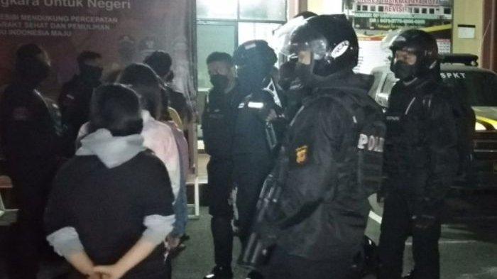 Waduh Enam Remaja Perempuan Pesta Miras, Baru Menenggak Setengah Botol Keburu Ketahuan Polisi