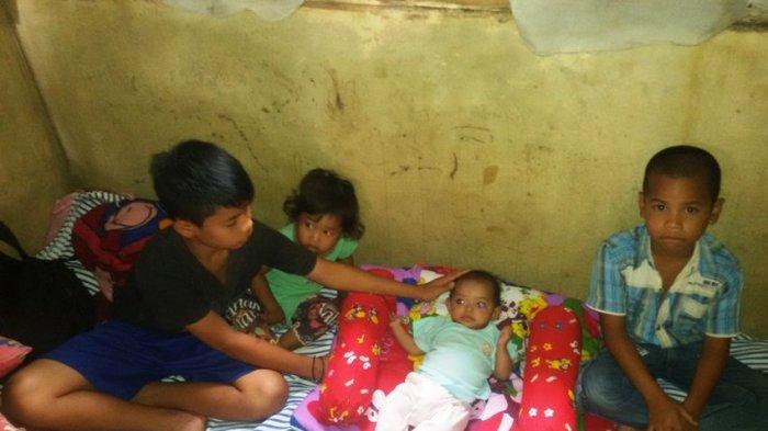 Revan merawat adik-adiknya termasuk dua yang balita sejak bapaknya meninggal dunia dan ibunya pergi mencari kerja ke Jawa.