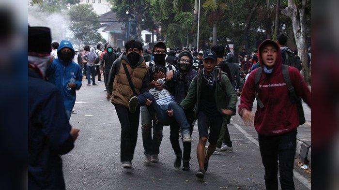Pendemo di Bandung Dipaksa Buka Baju, Ratusan Mahasiswa Terluka, Puluhan Lainnya Ditangkap