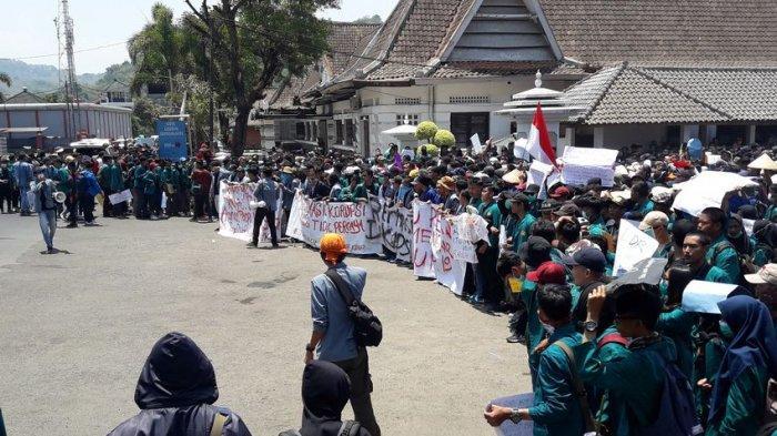 Ribuan Mahasiswa Sumedang Tolak Revisi UU KPK, Menyatu di Gedung Negara