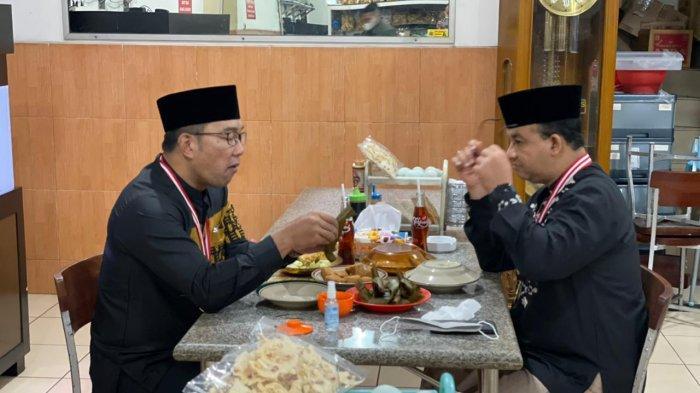 Jumat Pagi, Ridwan Kamil dan Anies Baswedan Tertangkap Kamera Makan Tahu Sumedang Bareng