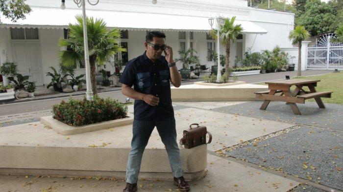 Ubah Mindset Tentang Sampah, Ridwan Kamil Desain Celana Jeans Terbuat dari Limbah Botol Plastik