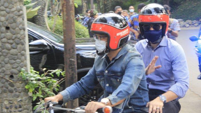 Gubernur Jawa Barat Ridwan Kamil membonceng Ketua Umum Partai Demokrat Agus Harimurti Yudhoyono menggunakan sepeda motor klasiknya dari Gedung Negara Pakuan ke Nara Park di Kota Bandung, Jumat (4/6).