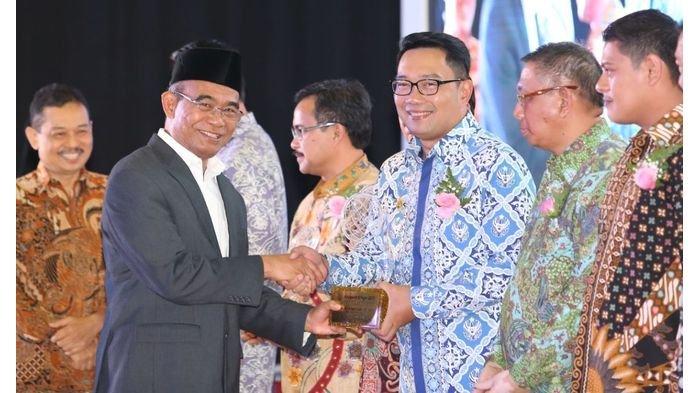 Wali Kota Bandung Raih Anugerah Kihajar 2017 dengan Kategori Tingkat Madya, Emil Unggah 2 Foto Ini