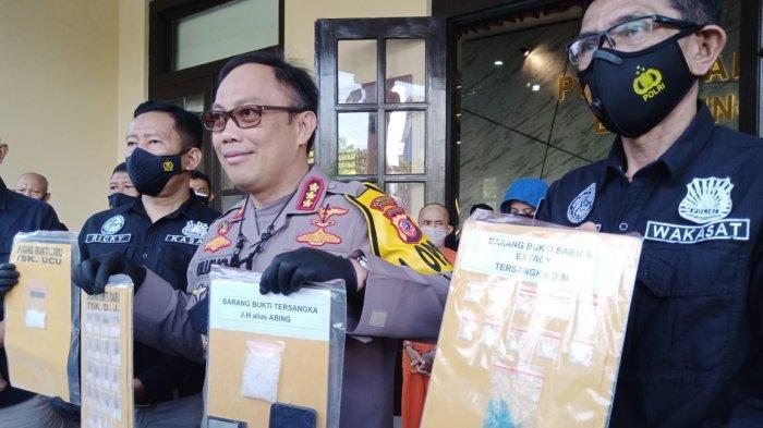 Polisi menunjukkan bukti yang membuat Rinada ditangkap