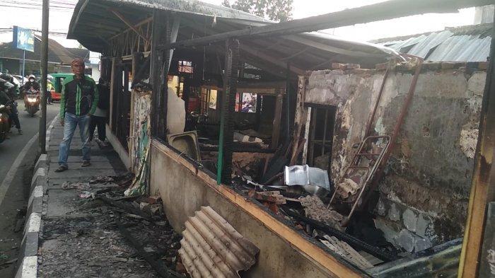 Rumah makan padang Bundo, Jalan Cihanjuang, Kelurahan Cibabat, Kecamatan Cimahi Utara, Kota Cimahi, pasca kebakaran terjadi, Senin (26/4 /2021) siang.