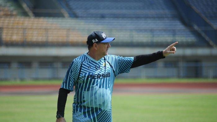 Pelatih Persib Bandung, Robert Alberts, memimpin latihan di Stadion Gelora Bandung Lautan Api, Kamis (18/3/2021).