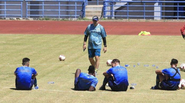 Pelatih Persib Bandung Robert Alberts (tengah) memberi arahan kepada pemain di sela-sela istirahat di Stadion Gelora Bandung Lautan Api, Selasa (25/8). Pelatih Persib Bandung terus menggembleng pemain persiapan bergulirnya kembali Liga 1 2020