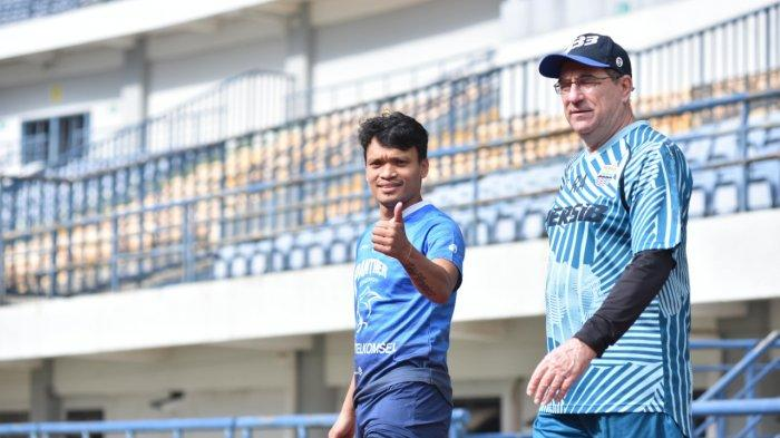 Pelatih Persib Bandung, Robert Alberts, menyambut baik kehadiran pemain barunya, Ferdinand Sinaga dalam sesi latihan pagi ini di Stadion Gelora Bandung Lautan Api (GBLA), Kamis (11/3/2021).