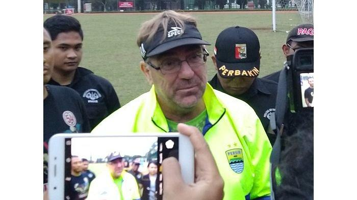 Robert Rene Alberts Hanya Butuh 24 Pemain padahal Persib Bandung Sudah Punya 31, Siapa yang Dibuang?
