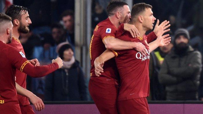 Striker AS Roma, Edin Dzeko (Kanan) sat merayakan golnya ke gawang Lazio di pertandingan pekan ke-21 Liga Italia 2019-2020, Minggu (26/1/2020).