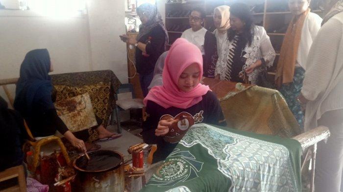Yayasan Batik Indonesia Kunjungi Rumah Batik Komar di Bandung, Edukasi Batik Tulis dan Batik Print
