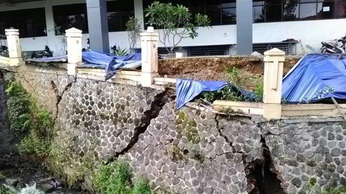 Belum Setahun, Tembok Penahan Tebing Gedung RSUD Cimacan Ambrol