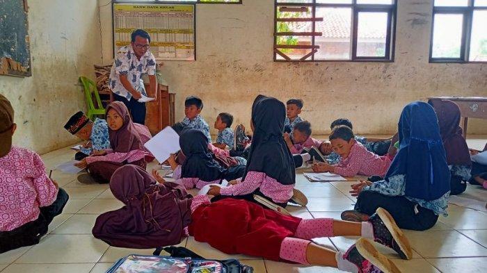 Kisah di SDN Jatimunggul 1 Indramayu, Murid Belajar Lesehan, Honor Guru Belum Dibayar