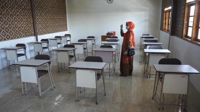 Ruang kelas MA Sekolah Cinta Ilmu, di Baleendah Kabupaten Bandung, Minggu (30/5/2021), yang nantinya hanya diisi oleh 15 siswa, jika melakukan KBM tatap muka untuk menerapkan protokol kesehatan Covid 19.