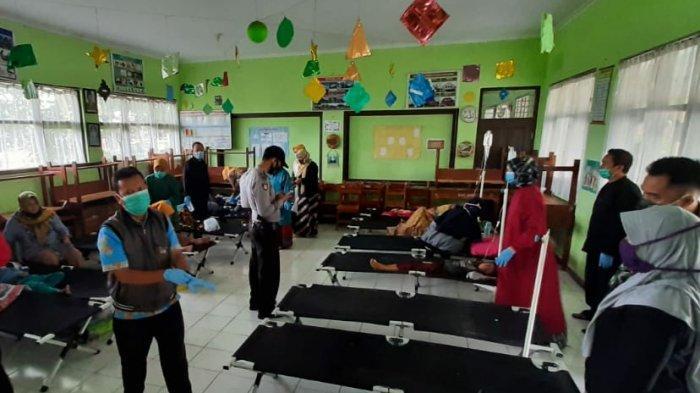 Ruang kelas SD Puspasari dijadikan ruang rawat darurat korban dugaan keracunan, karena Puskesmas Mangkubumi sudah tak mampu menampung korban