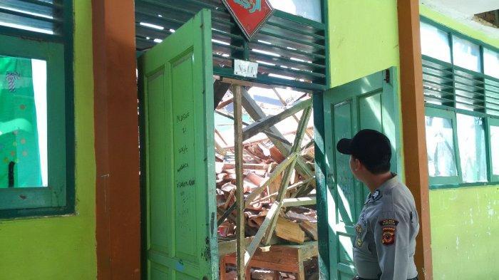 BREAKING NEWS, Dua Ruang Kelas SMPN 2 Plumbon Cirebon Ambruk, Puluhan Siswa Jadi Korban