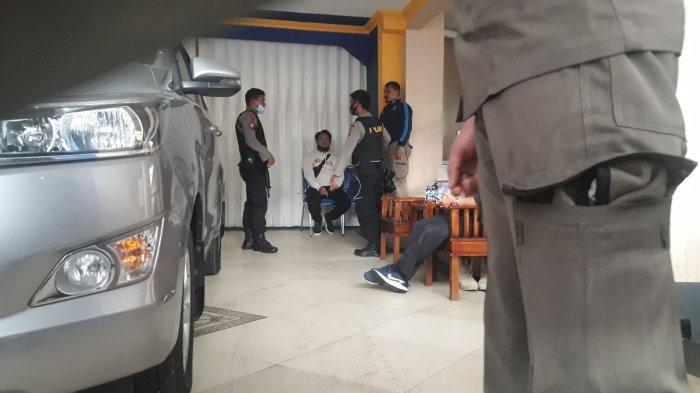KABAR TERKINI - Tim Penyidik KPK Masih Berada di Kediaman Bupati Bandung Barat