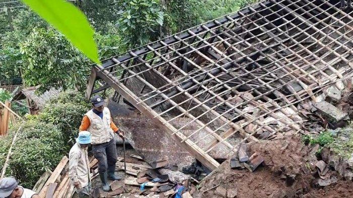 Rumah Bilik Pasangan Renta Ambruk Tertimpa Longsor di Salawu Tasikmalaya, Begini Kondisi Korbannya