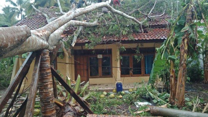 Rumah Ustaz Oni Rusak Tertimpa Pohon Duku yang Tumbang, Angin Kencang Rusak 6 Rumah di Ciamis