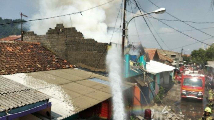 Gara-gara Ngecas Hape terus Korsleting Listrik, Rumah Dua Lantai di Kota Cimahi Hangus Jadi Abu