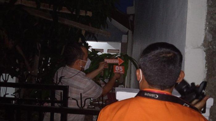 Inafis Polres Karawang sedang olah TKP di rumah Kades Pinayungan Kecamatan Telukjambe Timur Karawang yang ditembak orang tak dikenal, Selasa (28/9/2021)