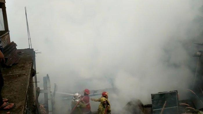 Rumah Kosong di Palabuhanratu Sukabumi Terbakar, Damkar Sigap Cegah Api Merembet ke Rumah Lain