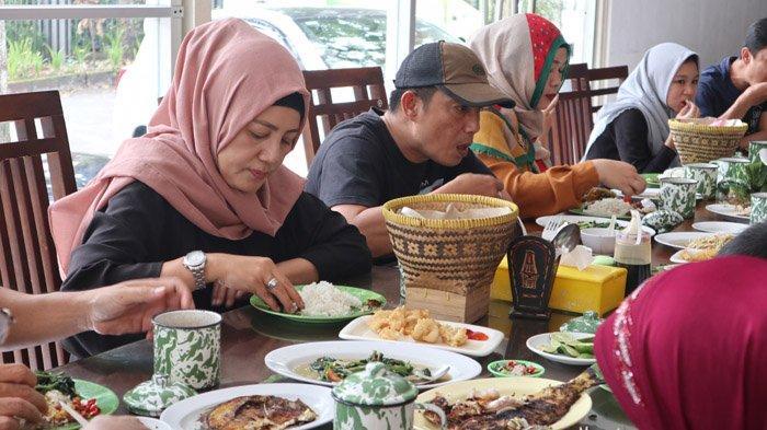 Rumah Makan Ikan Nelayan Massar telah hadir memanjakan lidah pencinta kuliner ikan di Bandung sejak 2016.