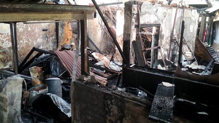 Kondisi di dalam Rumah Makan Padang Bundoo yang terbakar tadi siang.