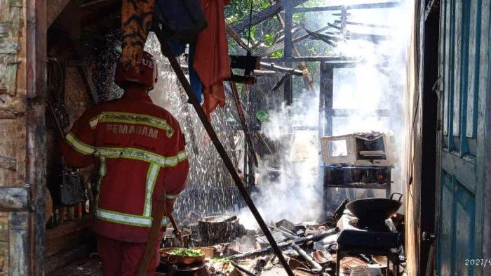 Api Berkobar, Neng Ani Lari Keluar Rumah Sambil Gendong Bayi dan Berteriak-teriak Minta Tolong