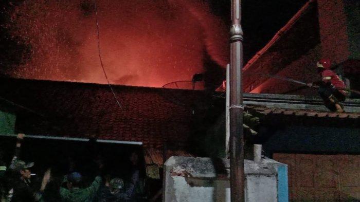 Diduga Akibat ODGJ Bakar Sampah, Sebuah Rumah di Kotakaler Sumedang Hangus Terbakar
