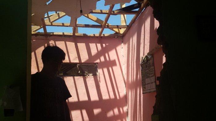 Lima Menit Sebelum Buka Puasa, Rumah Oman Tersambar Petir, Anak dan Istri Terluka, Rumah Berantakan