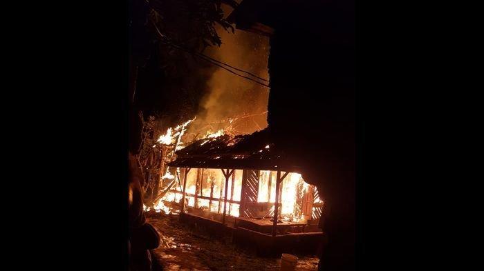 Diduga Korsleting Listrik, Satu Rumah Panggung di Surade Sukabumi Ludes Terbakar