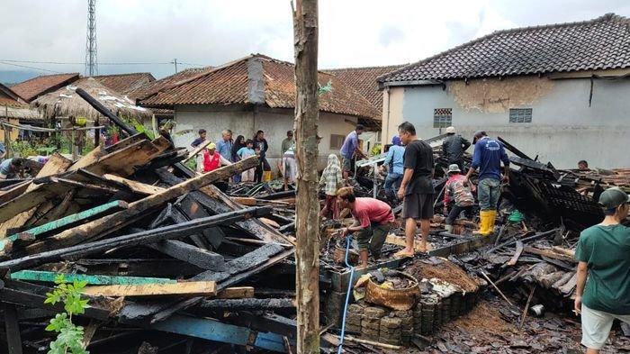 Rumah Mak Enjun di Ciamis Kebakaran, Warga Baru Selesai Jumatan Ramai-ramai Memadamkan
