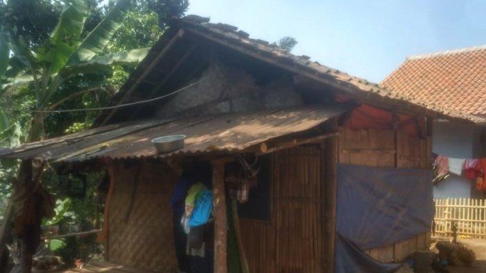 Pasangan Muda Ini Tinggal di Bekas Kandang Sapi, Rumahnya Kumuh Tanpa Sanitasi dan Air Bersih