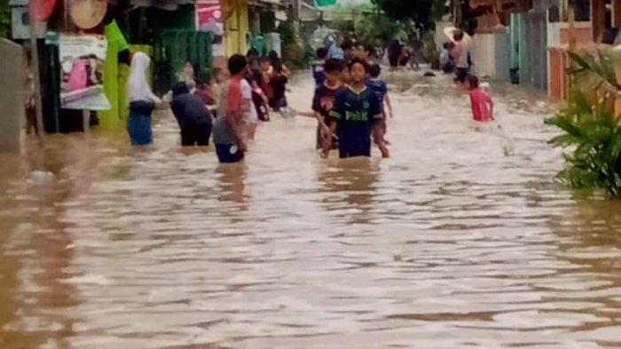Rumah Plh Bupati Karawang dan Kepala BPBD Pun Kebanjiran, Anak Sungai Citarum Meluap