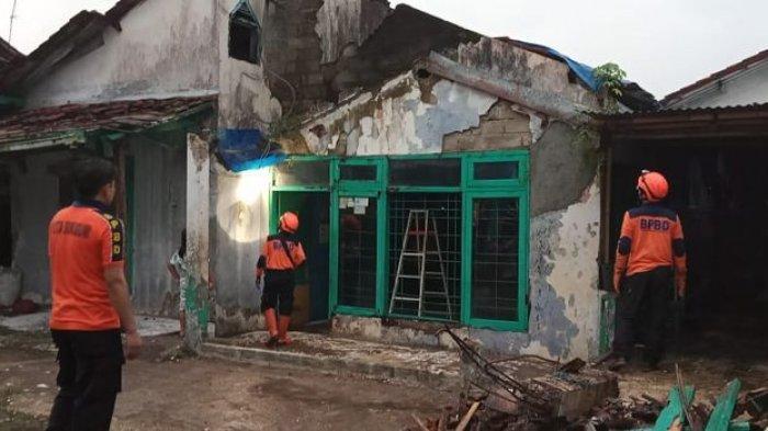 Rumah Roboh di Sukabumi Setelah Diterpa Angin Kencang Disertai Hujan Deras