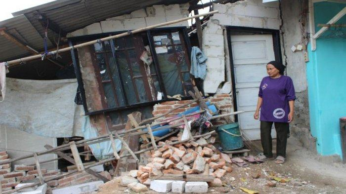 Rumah rusak akibat tanah ambles di Blok Rengaspayung Desa/Kecamatan Kertasemaya, Kabupaten Indramayu, Kamis (17/6/2021).