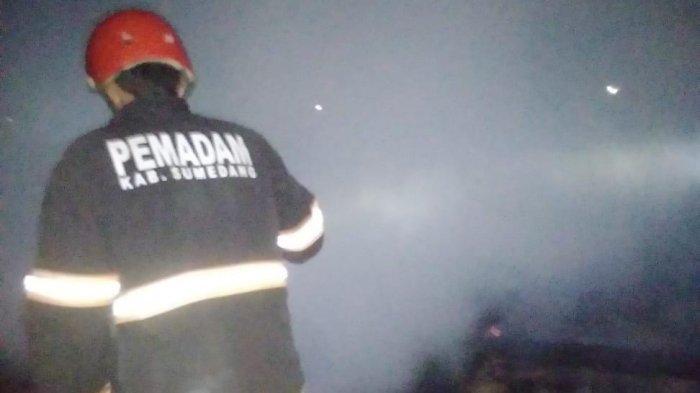 Diduga Akibat Korsleting Listrik, Sebuah Rumah di Rancakalong Sumedang Dilalap Si Jago Merah