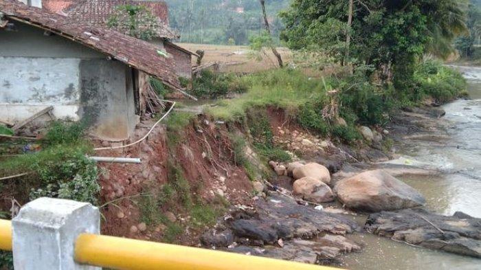 Rumah Mak Tuti Nyaris Ambruk Terus Tergerus Aliran Sungai Cijolang di Perbatasan Ciamis-Kuningan