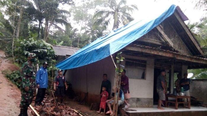 Rumah Slamet di Dusun Karanganyar RT 01 RW 01 Desa Kalijati, Kecamatan Sidamulih, Pangandaran, dipasang terpal karena gentingnya berjatuhan karena gempa 5.9 magnitudo menguncang Pangandaran dan sekitarnya Minggu (25/10/2020) pukul 07.56 WIB.