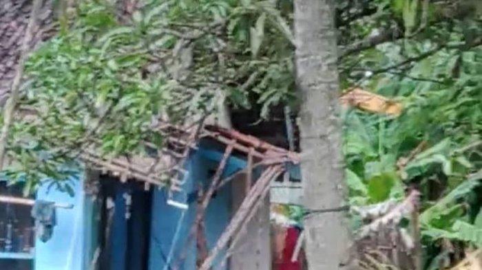 Rumah Sriyatidi Sindangjaya Pangandaran Tertimpa Pohon Kelapa Tumbang